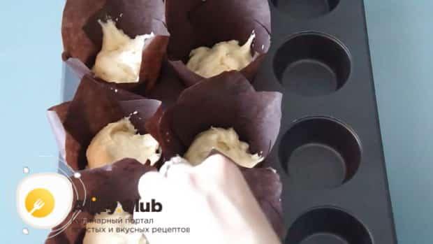 Перед тем как приготовить вишневые маффины выложите тесто в форму.