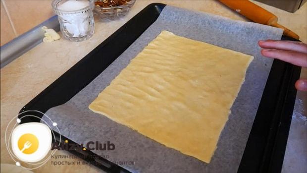 Раскатайте тесто для приготовления пирога с яблоками и корицей