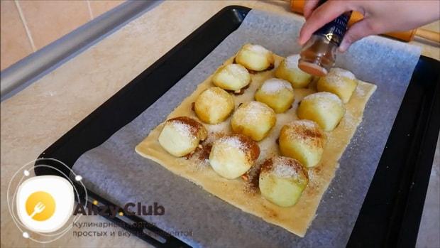 Посыпьте яблоки сахаром для приготовления пирога с яблоками и корицей