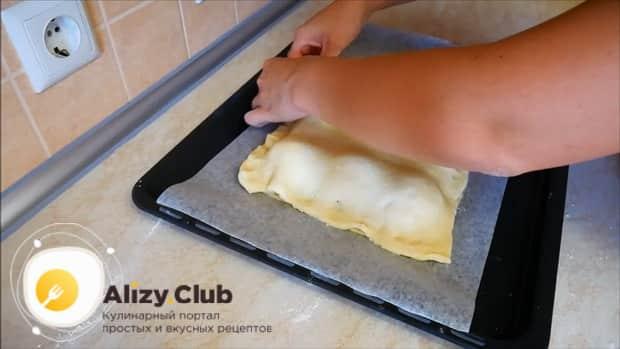 Накройте яблоки тестом для приготовления пирога с яблоками и корицей