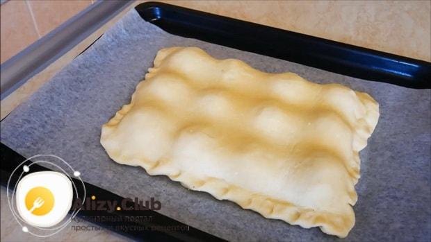 Поставьте пирог с яблоками и корицей в дузовку