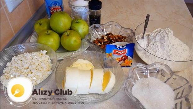 По рецепту, для приготовления яблочного пирога с корицей подготовьте все ингредиенты.