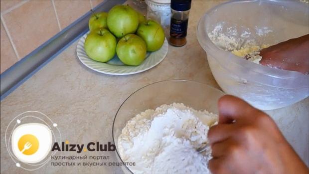 По рецепту, для приготовления яблочного пирога с корицей добавьте в творог муку.