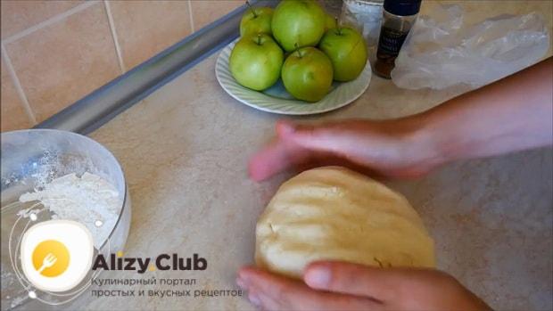 По рецепту, для приготовления яблочного пирога с корицей замесите тесто.
