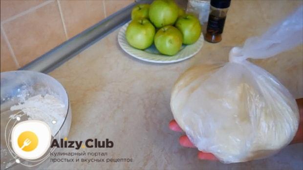 По рецепту, для приготовления яблочного пирога с корицей положите тесто в холодильник.