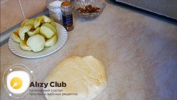 Нарежьте яблоки по рецепту, для приготовления яблочного пирога с корицей
