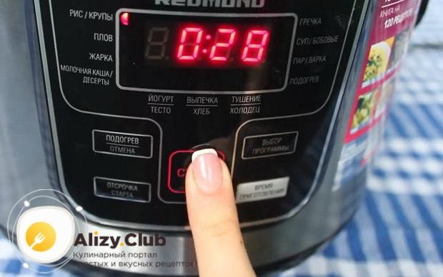 Включите нужный режим для приготовления рисовой каши с тыквой в мультиыварке.