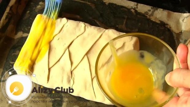 взбиваем 1 яйцо и смазываем им верх нашего пирога
