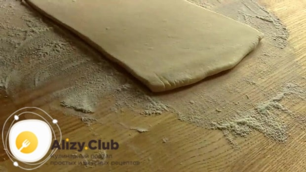 Прямоугольный лист нашего теста выкладываем на присыпанную мукой поверхность