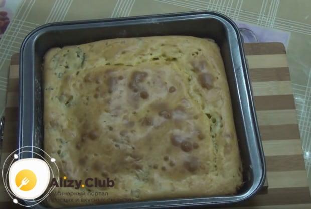Быстрый пирог на кефире с рыбными консервами уже готов!