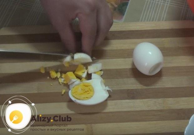 Для начинки используем также вареные яйца, которые надо мелко нарезать.