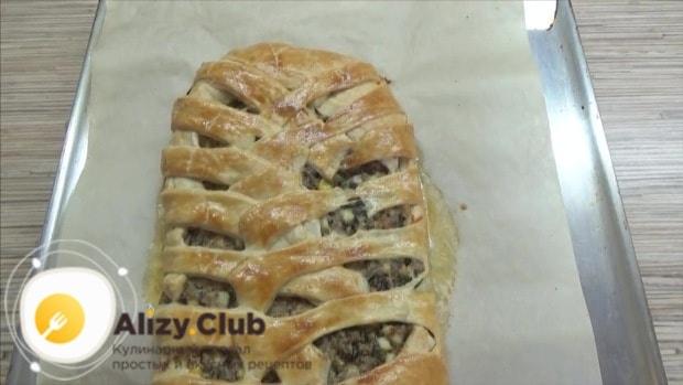 Проверяем готовность пирога деревянной палочкой