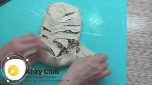 Разрезаем концы теста на косые полоски