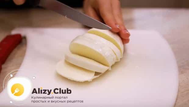 Сыр нарезаем пластинками