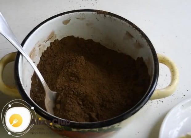 В кастрюле перемешиваем сахар с какао.