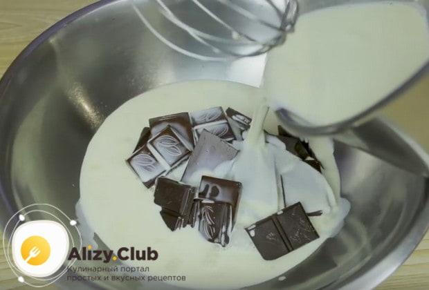 Горячими сливками заливаем подготовленный шоколад.