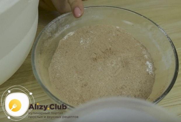 В миске перемешиваем муку с какао и разрыхлителем.