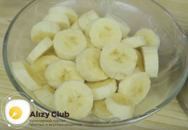Чтобы приготовить начинку, режем на кусочки бананы.