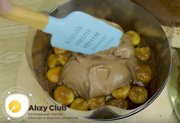 На начинку выкладываем слой крема.