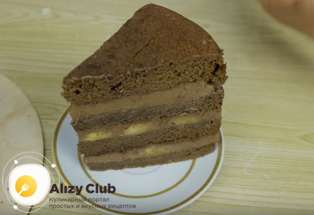 Нарезаем торт на кусочки и угощаем близких!