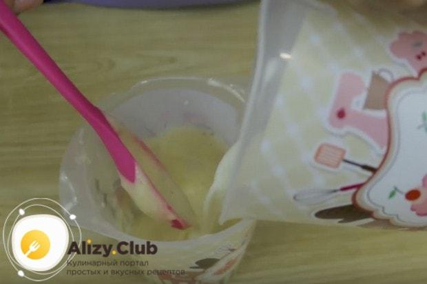 В банановое пюре наливаем немного молока и перемешиваем.
