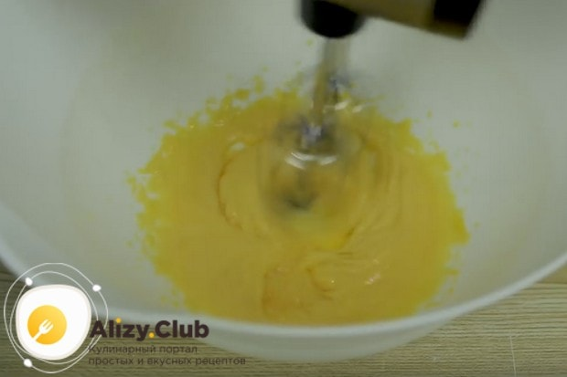 Желтки растираем с сахаром.