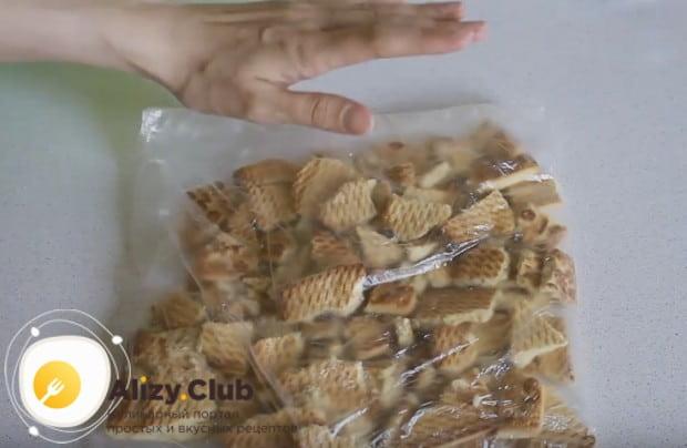 Печенье ломаем на кусочки и складываем в полиэтиленовый пакет.