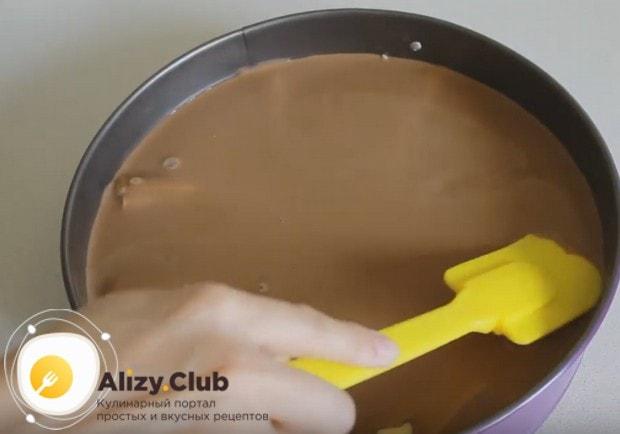 Покрываем банан приготовленным кремом.