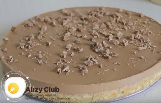 Украсить десерт можно рубленным шоколадом.