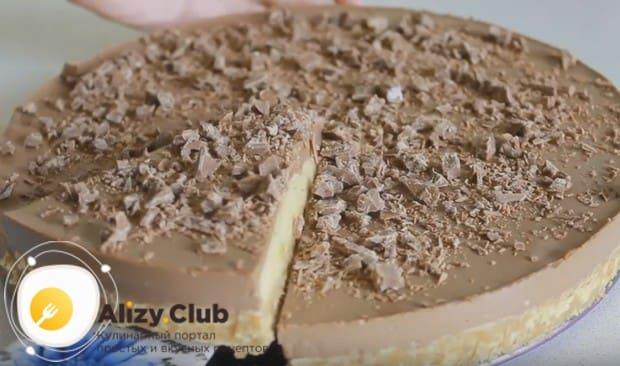 такой шоколадно-банановый торт получается очень нежным на вкус и красиво выглядит при подаче на стол.