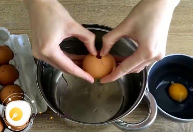 Чтобы приготовить крем, отделяем белки от желтков.