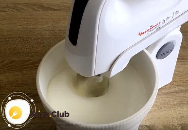 Сняв белки с водяной бани, начинаем взбивать их миксером.