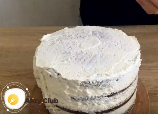 Использовав прослойку для бисквитного торта, формируем наш десерт и отправляем в холодильник на пропитку.