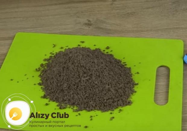 Перед тем как сделать карамельный крем с шоколадом, измельчаем последний на терке.