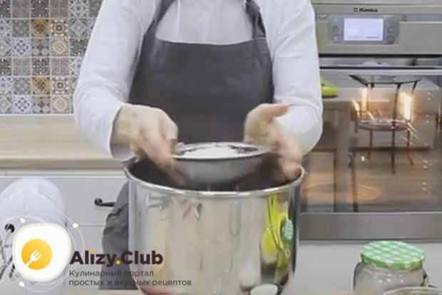 Предлагаем вашему вниманию простой рецепт, по которому вы сможете приготовить чудный бисквитный шоколадный корж для торта.