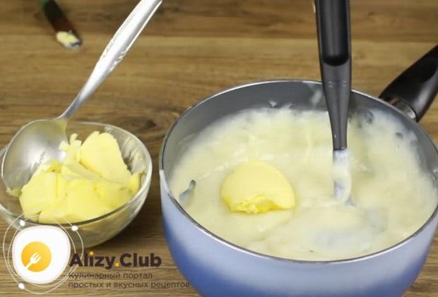 В немного остывший крем вводим размягченное сливочное масло.