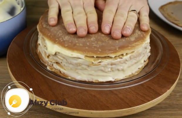 Поочередно перемазывая блины, формируем торт.