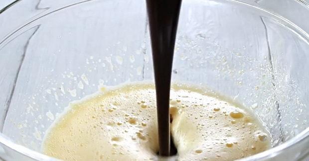 Для приготовления творожно вишневого пирога, смешайте ингредиенты.