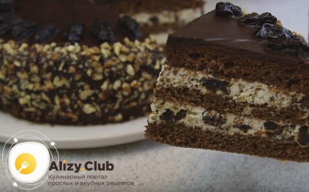 Вот мы и приготовили изумительный шоколадный торт с черносливом и орехами.