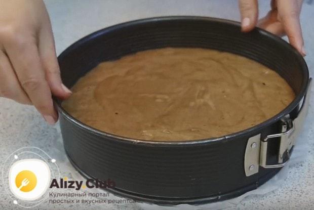 Застелив дно формы пергаментом, выливаем в нее тесто и разравниваем.