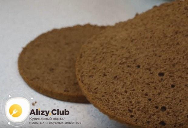 Остывший бисквит разрезаем на три части.