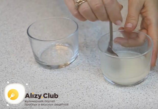 Чтобы приготовить пропитку для торта, смешиваем воду с сахаром и подогреваем.