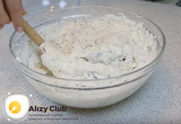 Перемешиваем вкусные добавки с кремом и можем приступать к сборке торта.