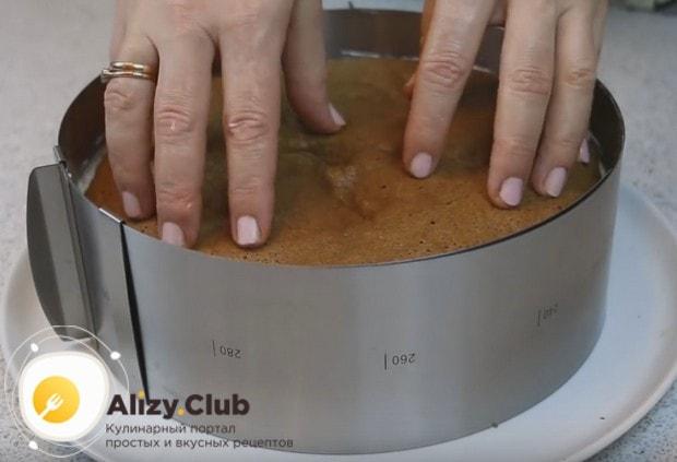 Аккуратно накрываем торт последним коржом и отправляем в холодильник.