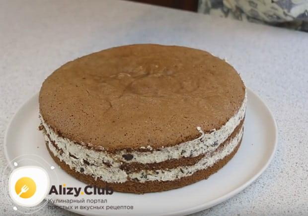Постояв в холодильнике, торт хорошо пропитается, крем застынет, и изделие будет отлично держать форму.