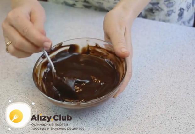Растапливаем шоколад с маслом на водяной бане и перемешиваем.