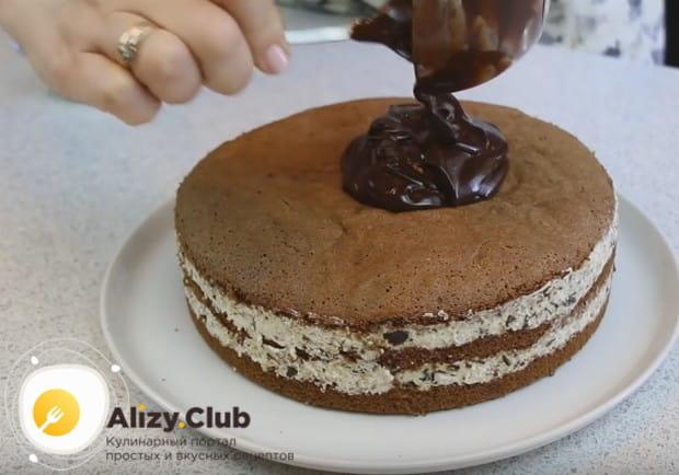 Получившуюся густую глазурь выкладываем на торт.