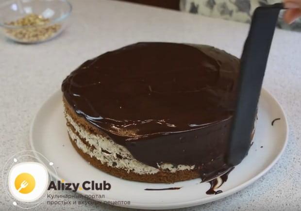 Разравниваем глазурь по верху и бокам торта.