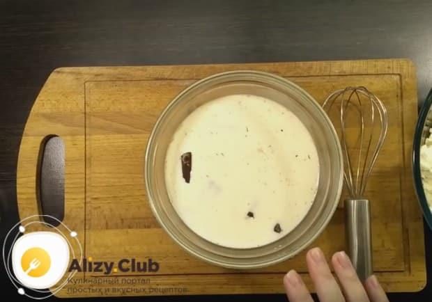 Заливаем шоколад теплыми сливками, чтобы он растаял.