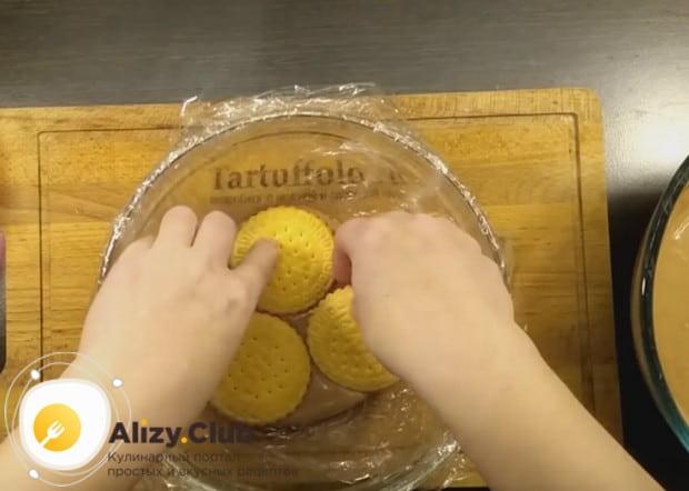 На крем укладываем печенье.
